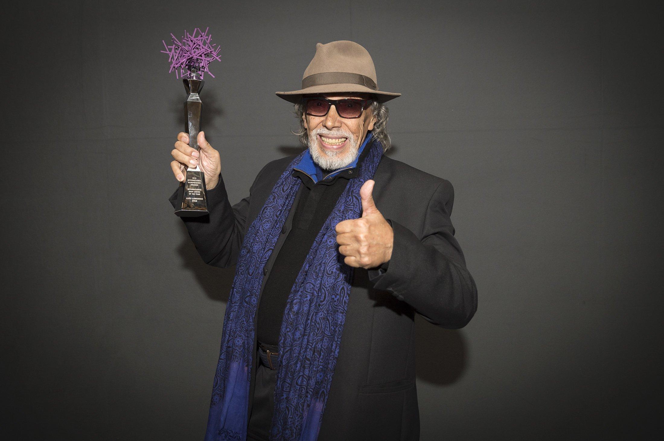 Lluís Llongueras recibe el premio de honor a su carrera de manos del certamen internacional Hair Legend Award